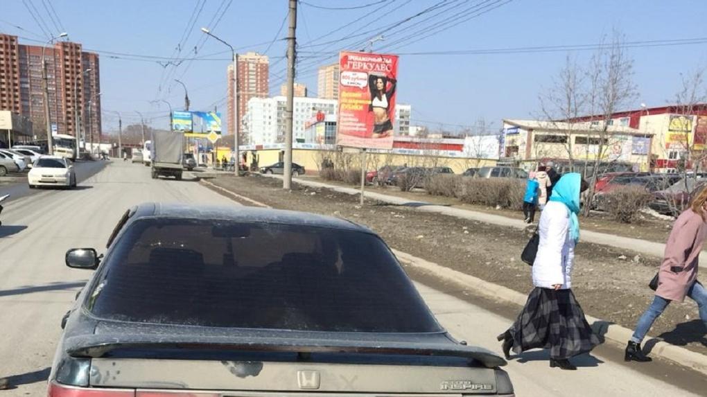 «Экстренно доставили в больницу»: жительница Новосибирска покалечилась под колесами иномарки