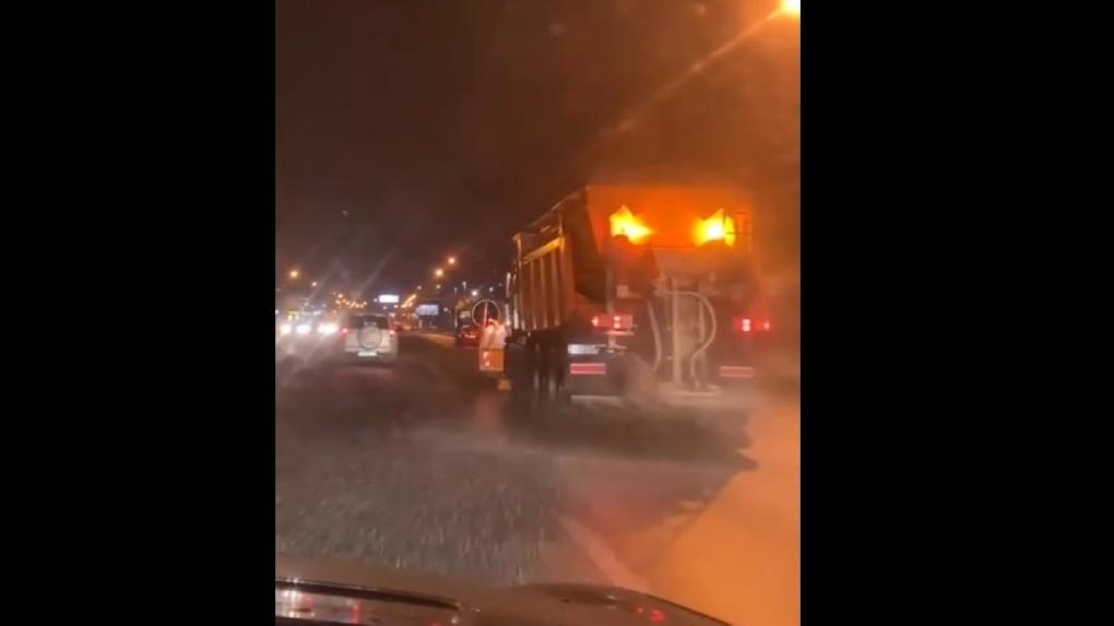 Зима нагрянула раньше: в Новосибирске начали борьбу с гололёдом