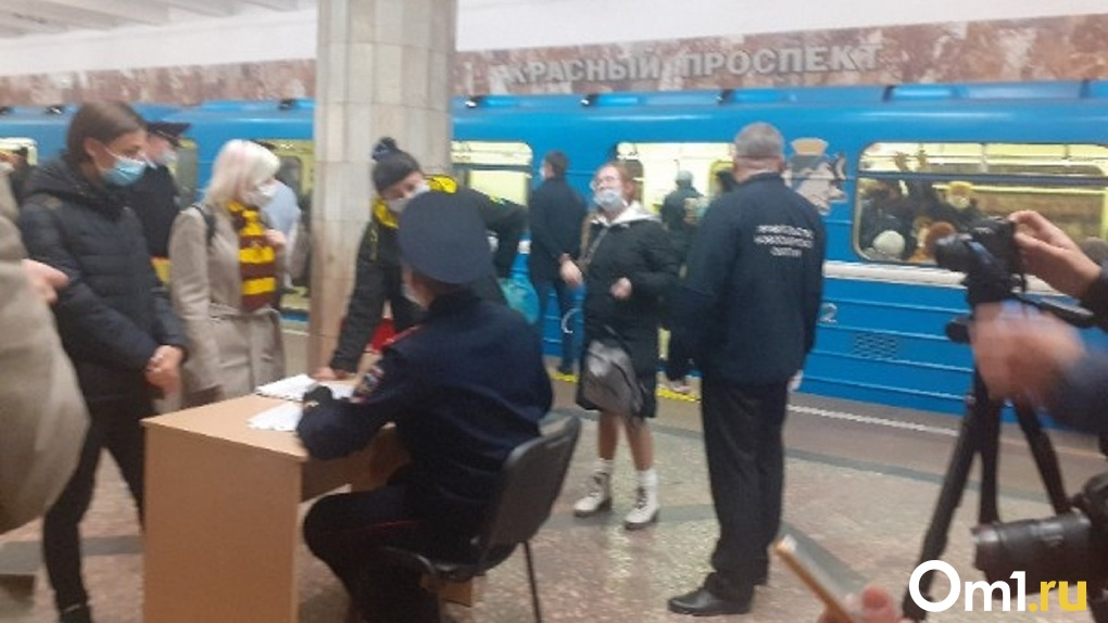 В новосибирском метро полицейские устроили облаву на «безмасочников»: с нарушителями разбирались жёстко