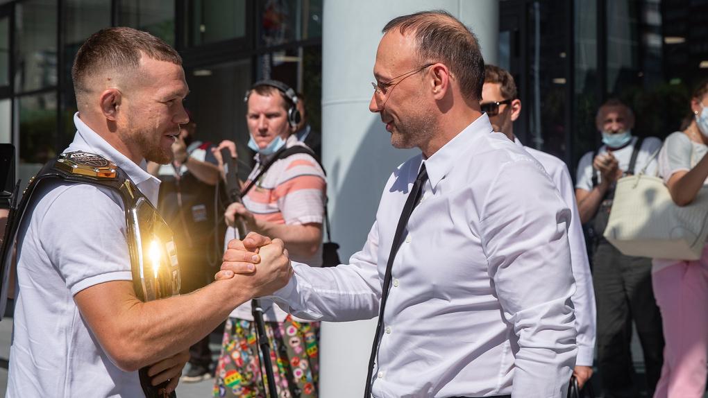 «Я знал, что меня ждет какой-то сюрприз». Омскому чемпиону UFC Петру Яну подарили элитный Mercedes