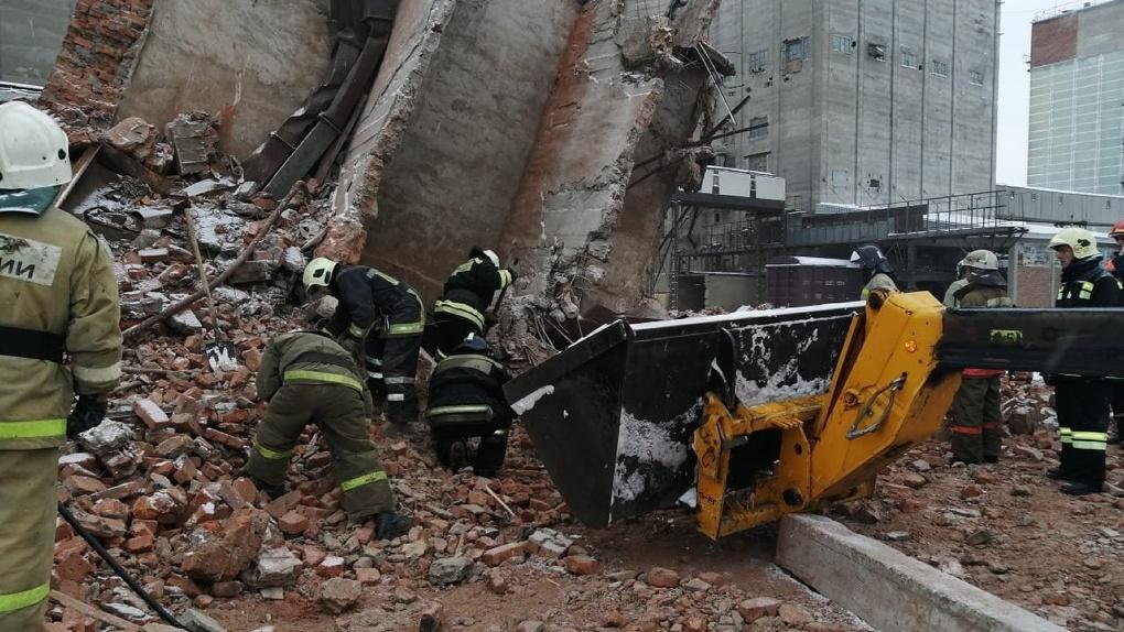 В Омске из-под завалов рухнувшего здания извлекли тело погибшего