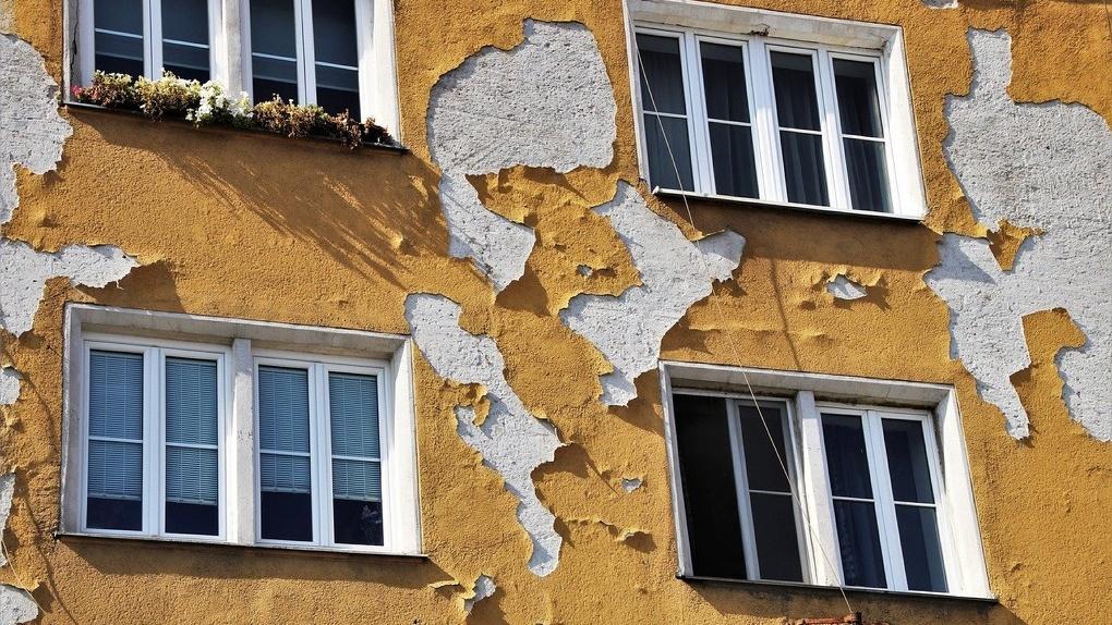 Фасады домов, отремонтированные к приезду Путина, начали разрушаться