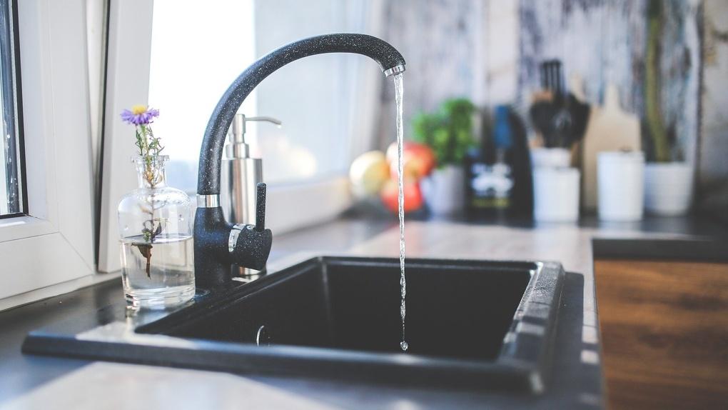Жителям двух округов Омска отключат холодную воду в жару. Адреса