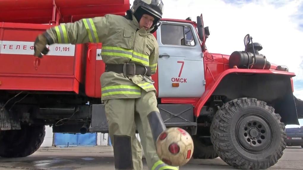 Омский пожарный в полном обмундировании набивал футбольный мяч