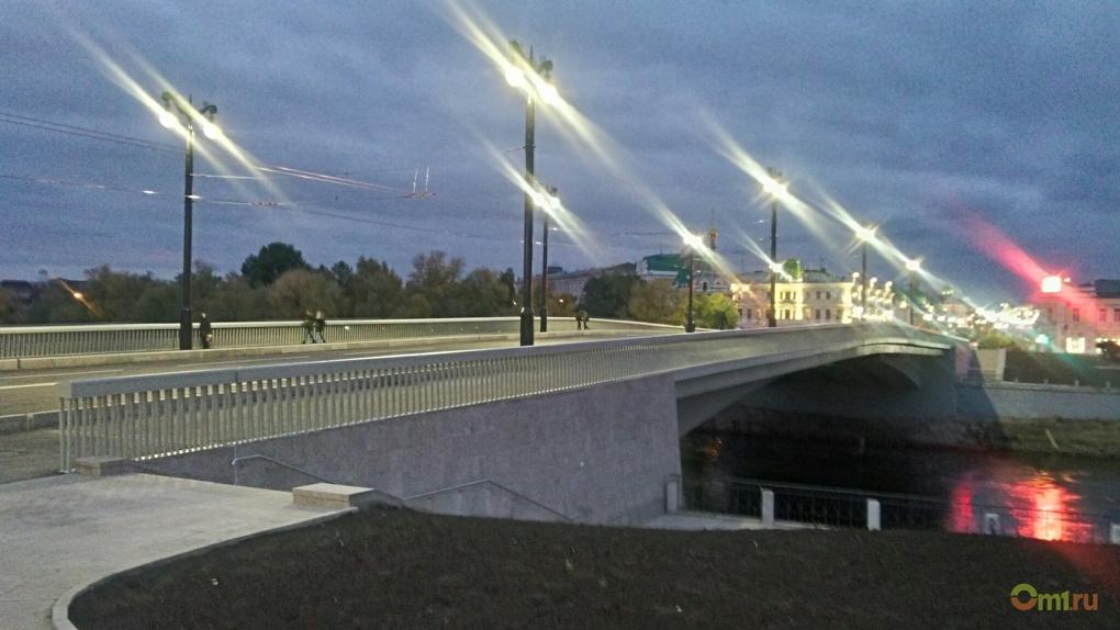 На омском Юбилейном мосту закрасили табличку с именем Каримова