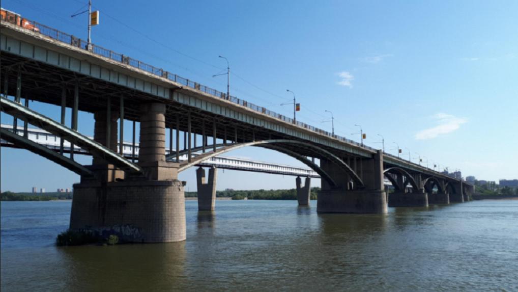 Октябрьский мост в Новосибирске ремонтируют эпоксидной смолой