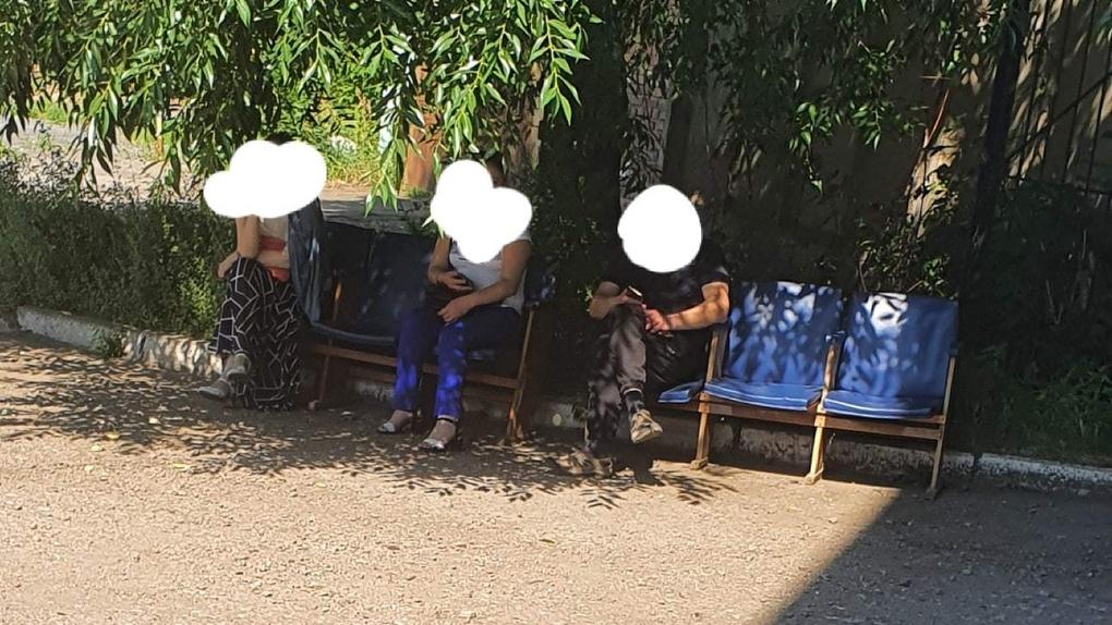 Омичи с температурой часами сидят на жаре перед поликлиникой, ожидая помощи