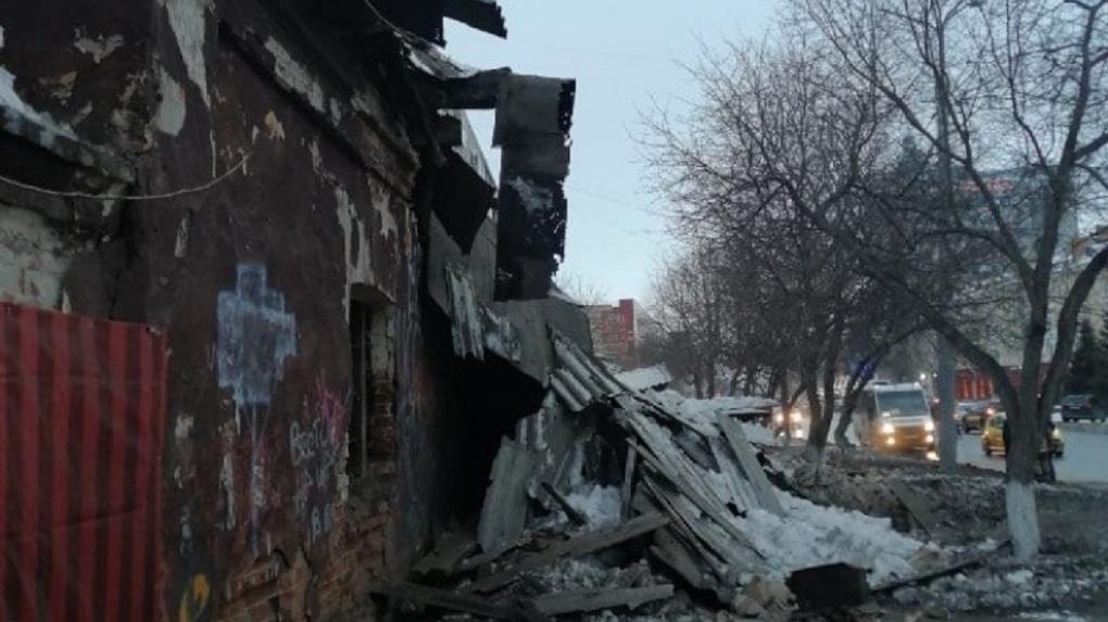 В центре Омска обрушилось здание: все, что известно к настоящему времени (обновляется)