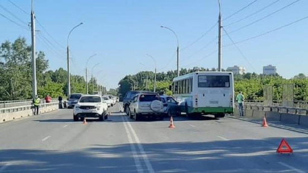 Пять машин и автобус столкнулись в Новосибирске, автоледи увезли в больницу с сотрясением мозга