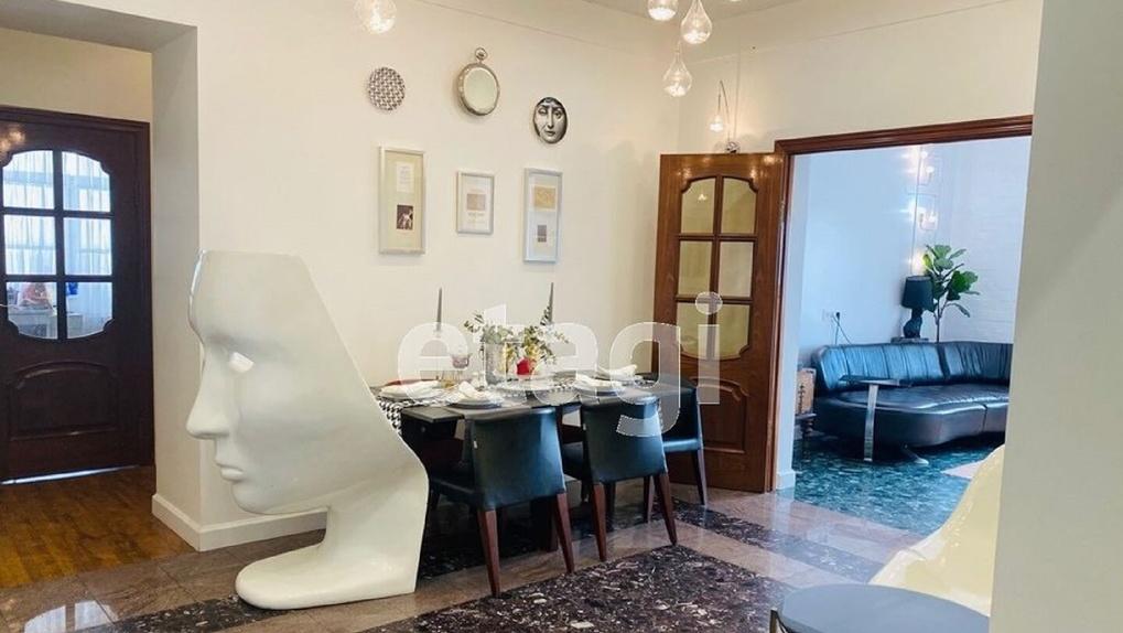 В омском доме, прозванном «Золотой зуб», продают квартиру с сауной за 17 миллионов рублей