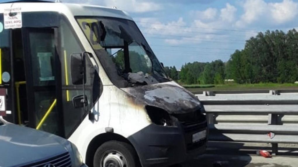 «Газель» с пассажирами загорелась на Советском шоссе в Новосибирске