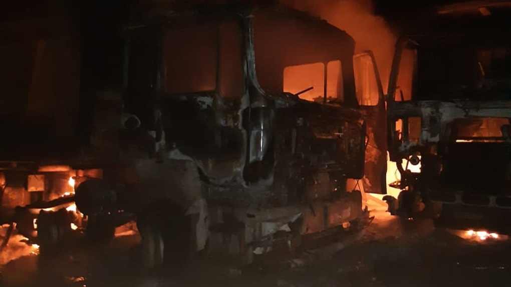 Стало известно, из-за чего сгорели девять грузовиков в Омской области