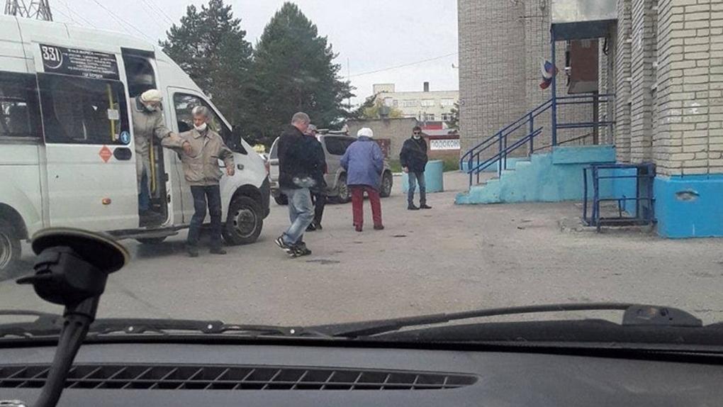 Под Новосибирском в Бердске зафиксировали массовый подвоз голосующих к избирательному участку