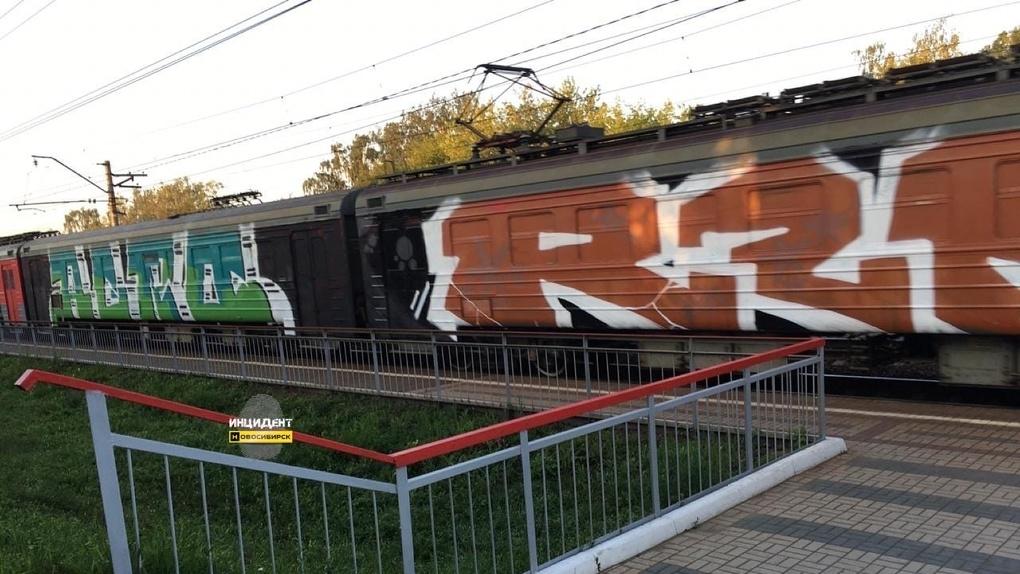 Вандализм или искусство: в Новосибирске появилась разноцветная электричка