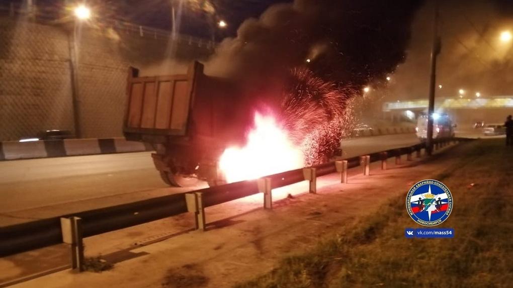 В Новосибирске водитель грузовика едва не погиб из-за серьезного возгорания в машине