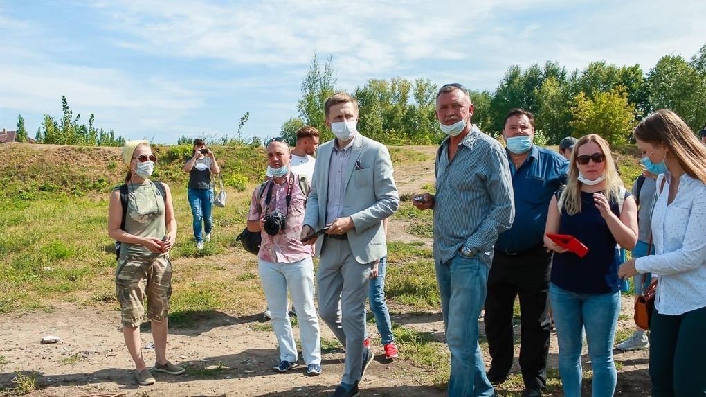 В Омске прошли стихийные общественные слушания по разделению дендросада имени Гензе