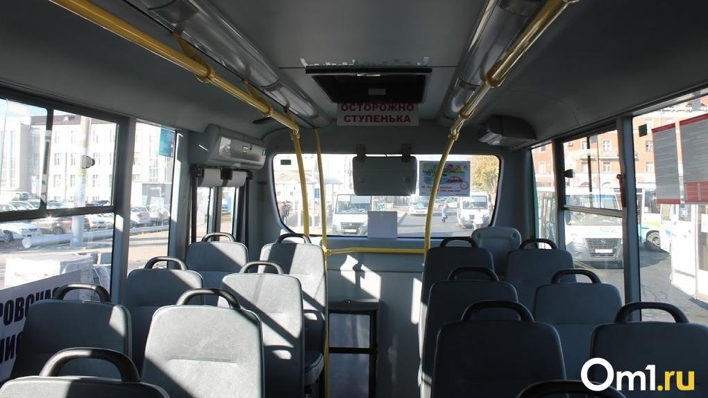 В Омске автомобиль протаранил пассажирский автобус
