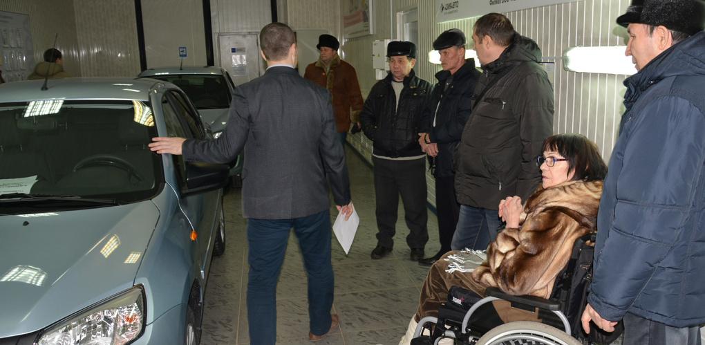 35 омским инвалидам вручили новые автомобили
