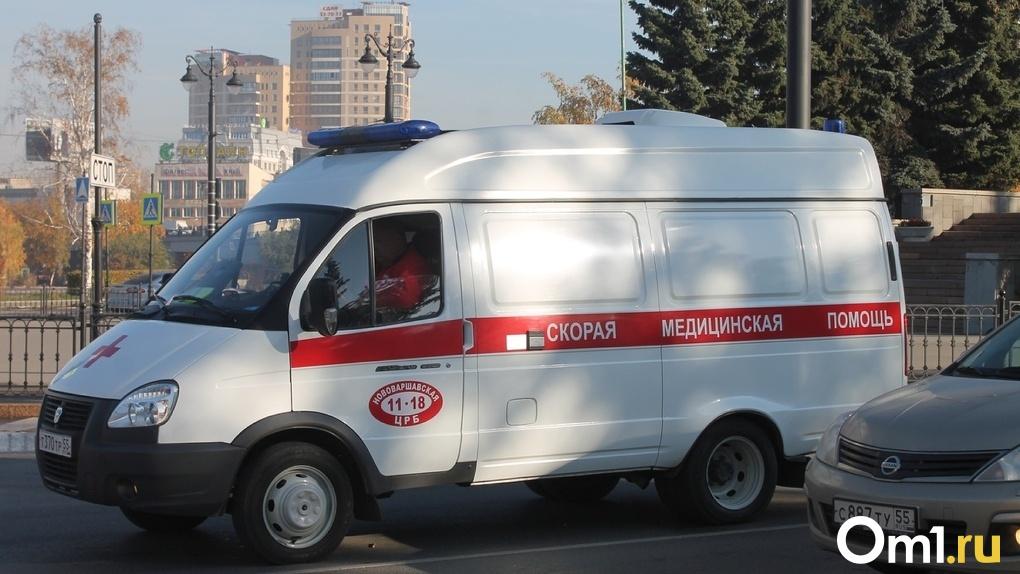 Омич повредил позвонки своей знакомой, перепутав скорости во время застолья на рынке