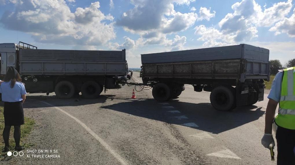 Страшное ДТП под Новосибирском: КамАЗ угробил водителя BMW