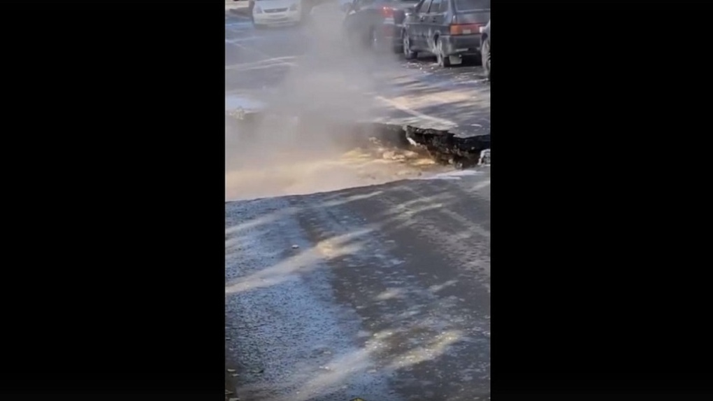 Из-за ямы с кипятком до начала октября закрыли дорогу на улице Ольги Жилиной в Новосибирске
