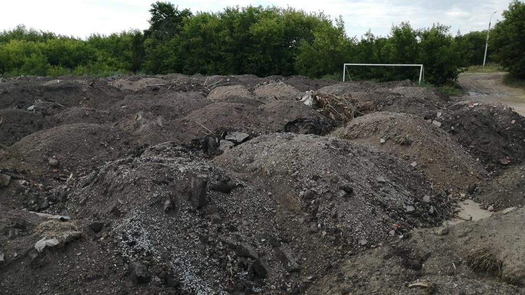 В Омске на футбольном поле образовалась свалка мусора