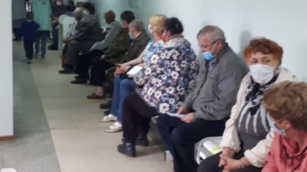 Пожилые новосибирцы часами стоят в очереди за льготными лекарствами