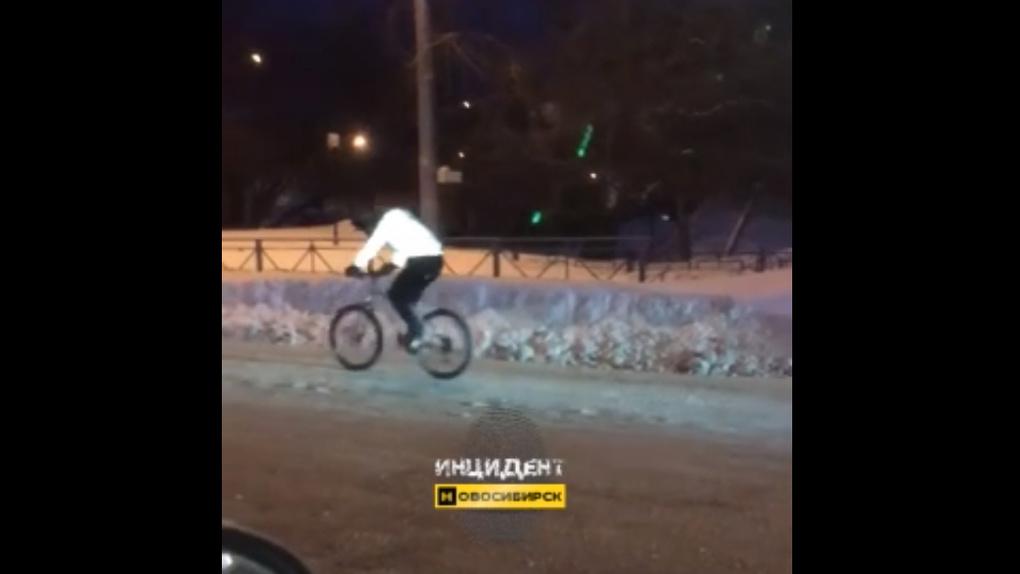 Парень на велосипеде ехал по Новосибирску в -24 градуса
