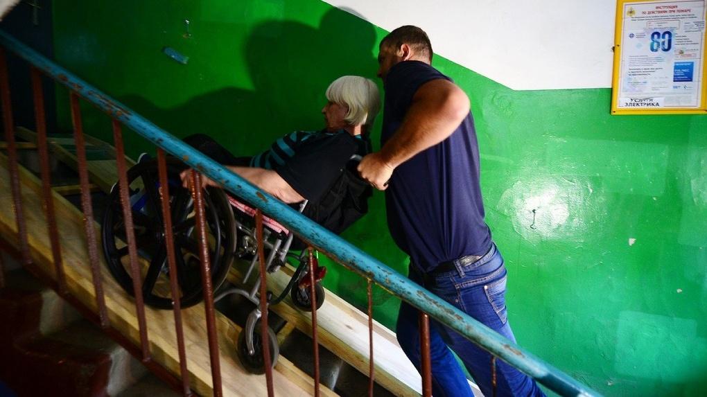 Омичей-инвалидов могут переселить в квартиры на первых этажах