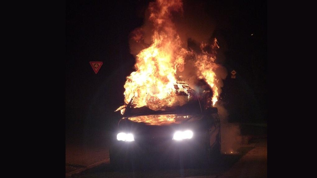 В Омске взорвался и загорелся автомобиль. Испуг очевидцев попал на видео и рассмешил омичей