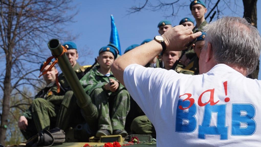 Будут прыгать в фонтан? Новосибирские десантники готовятся к дню ВДВ