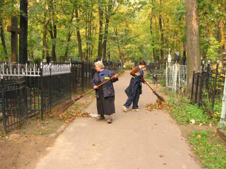 В преддверии Родительского дня на омских кладбищах устанавливают скамейки и готовят инвентарь для уборки