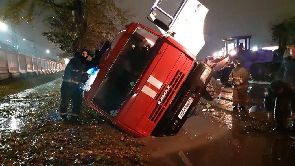 В Новосибирске спешивший на вызов пожарный автомобиль провалился в яму