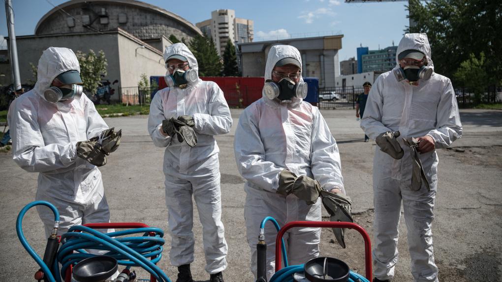 В Новосибирске специальным раствором от коронавируса обрабатывают скверы и парки
