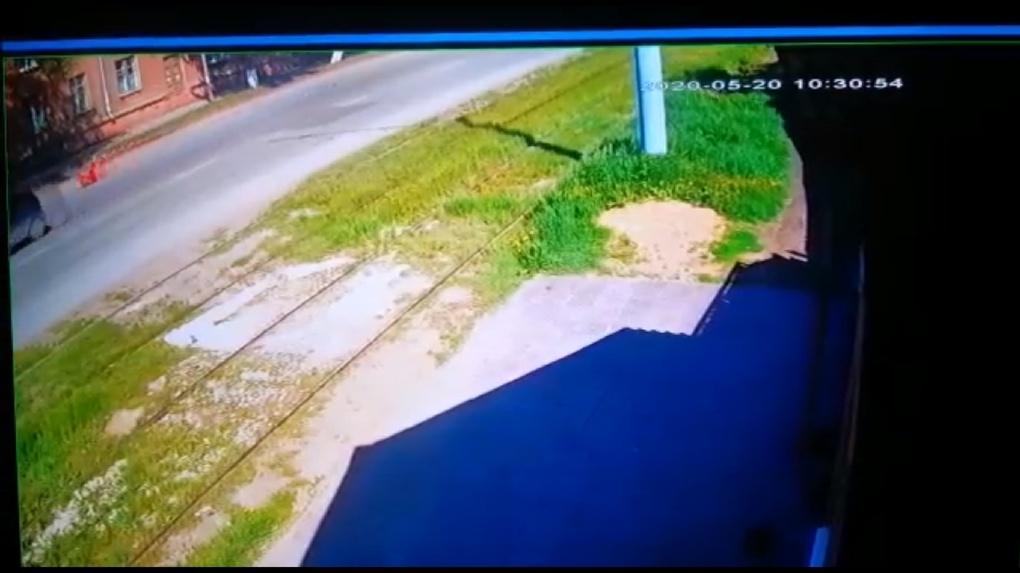 Водитель потерял сознание, пассажир выпрыгнул на скорости 80 км/ч: появилось видео ДТП в Омске