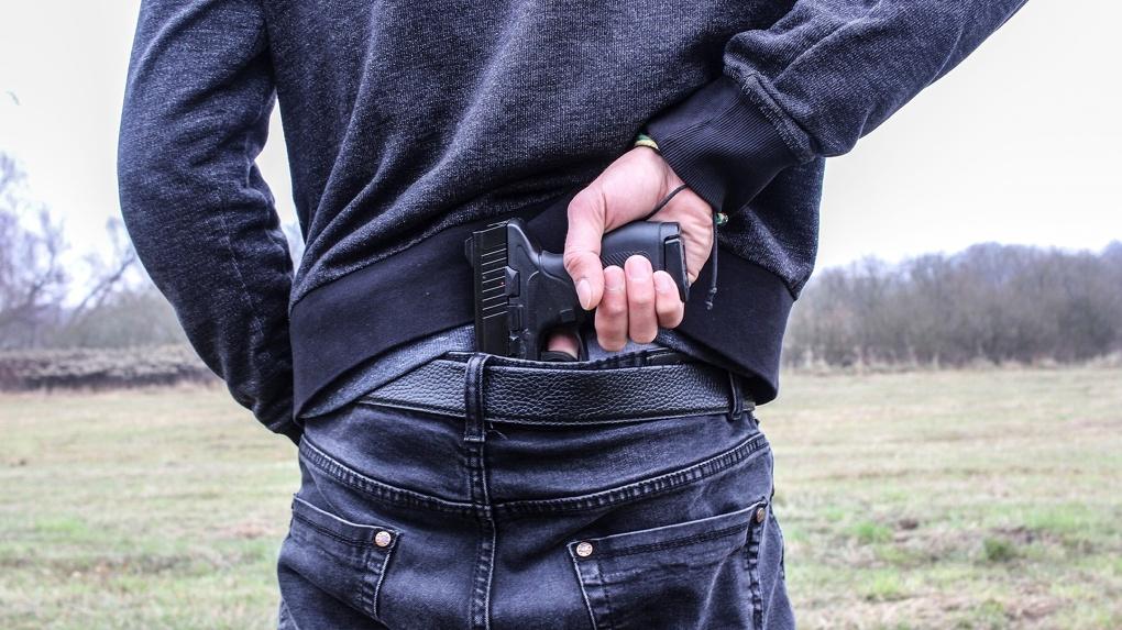 В Омске отец четверых детей из-за бедности пошел в банк с пистолетом