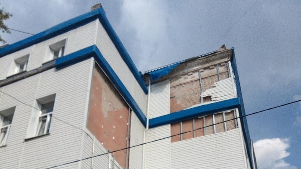 Накануне 1 сентября омичи сообщили о разваливающейся школе