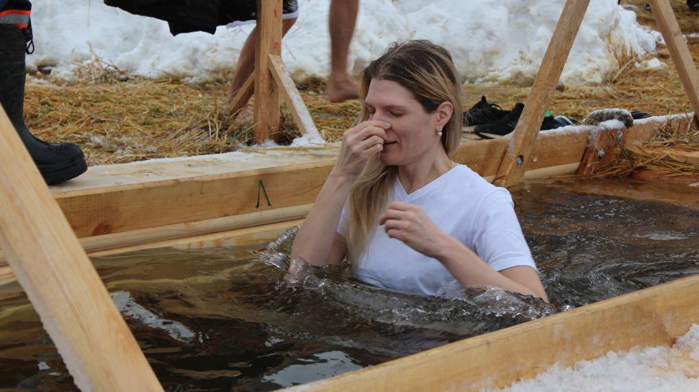 Празднование Крещения под угрозой: в Новосибирской области могут запретить купание в прорубях