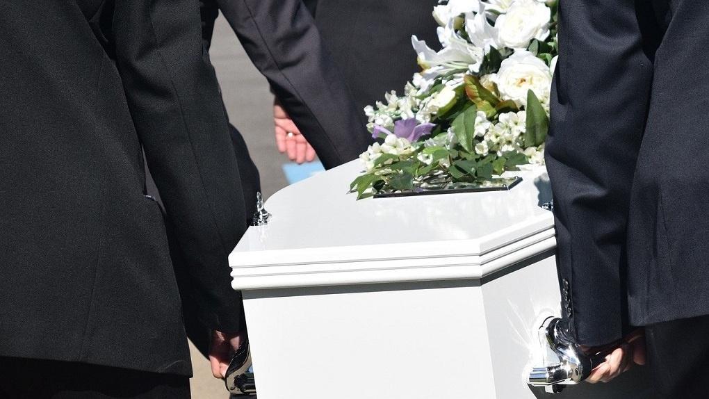 Семья сибиряков похоронила чужого деда, погибшего от COVID-19: их родственник оказался жив