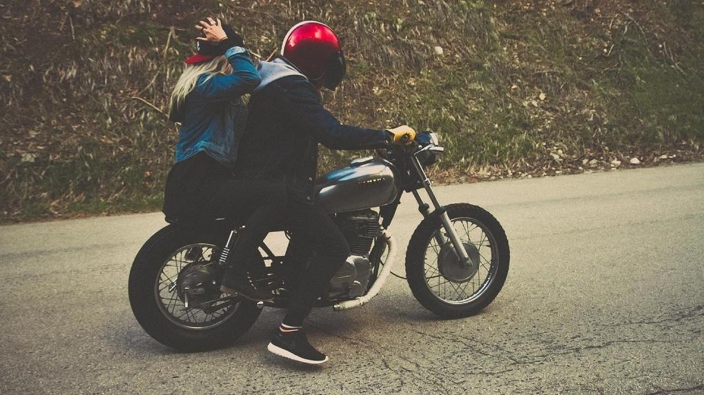 В Новосибирской области мотоциклист угробил двух девушек