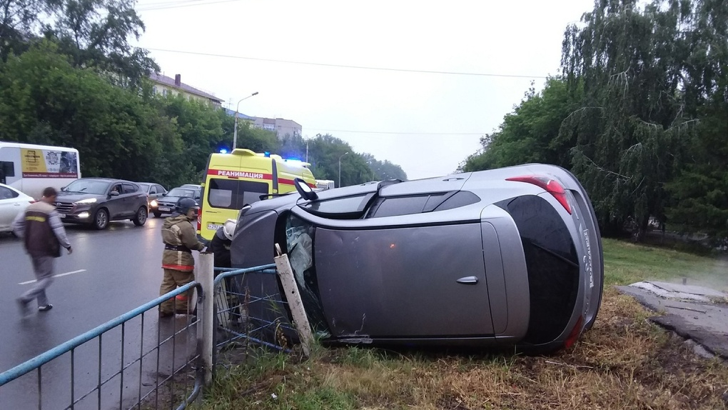 В Омске пьяный водитель устроил аварию-«перевертыш» у ДК «Химик»