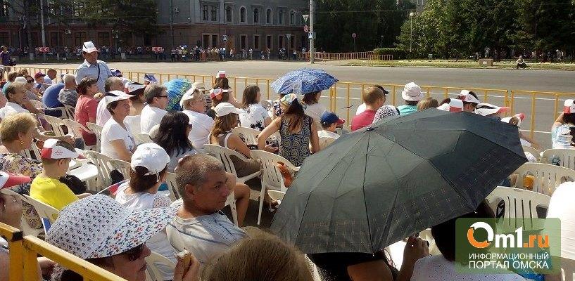 Омичи не поверили синоптикам, что в День города не будет дождя, и взяли зонты (ФОТО)