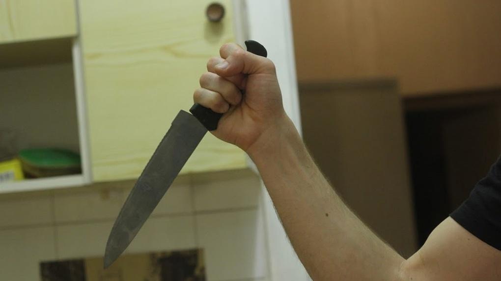 «Распивали спиртное, что привело к конфликту»: омич воткнул нож в живот коллеге