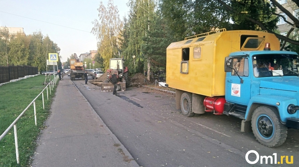 В Омске возле здания правительства десятки автомобилей попали в ловушку