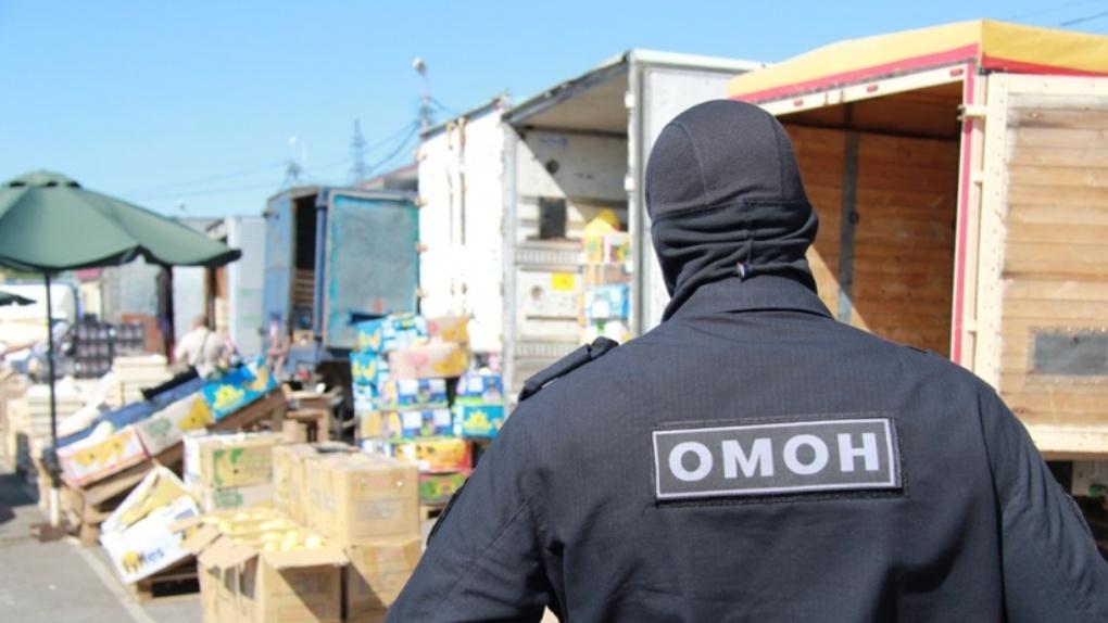 Полиция и ОМОН устроили облаву на мигрантов на Черлакском рынке в Омске