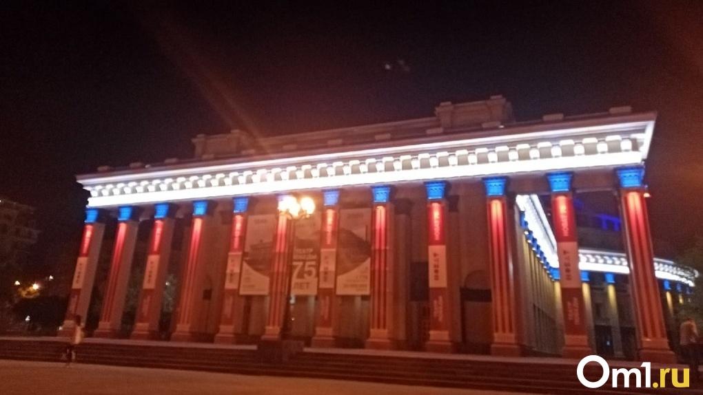 Бесстрашный фотограф снял головокружительное видео главного театра Новосибирска