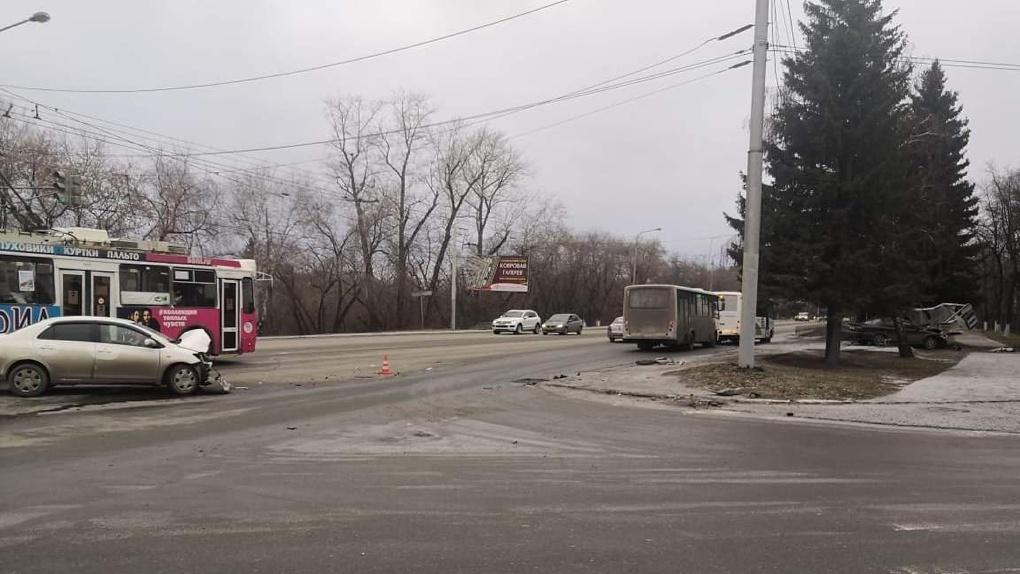 Пострадал 5-летний мальчик. На центральной магистрали Омска легковушка снесла остановку. ФОТО