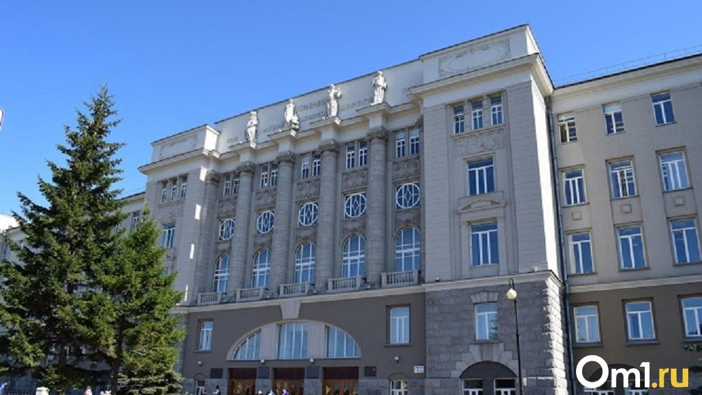 Подрядчика для ремонта женских фигур на фасаде омского университета не нашли