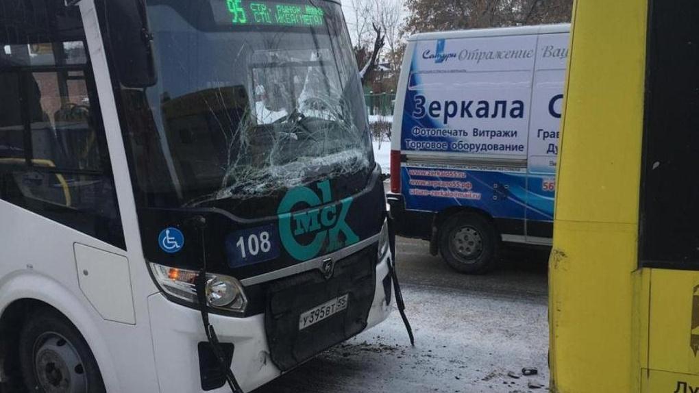 Омичка устроила ДТП с двумя автобусами. Пять человек в больнице