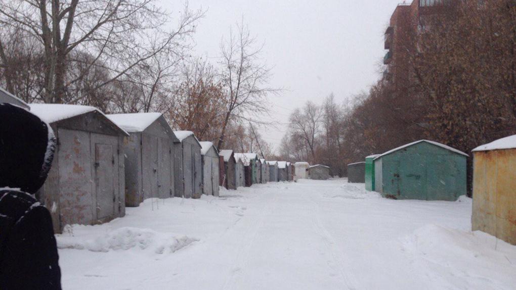 В Нефтяниках омские приставы заставили семью убрать гараж от жилого дома